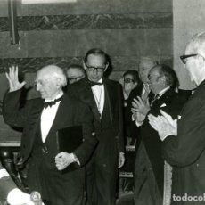Fotografía antigua: MADRID 2.5.1976.- SALVADOR DE MADARIAGA, RESPONDIENDO A LAS MUESTRAS DE AFECTO DE LOS ASISTENTES..... Lote 116977095