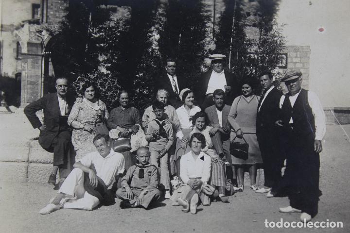 Fotografía antigua: F-3716. MONTSERRAT. FOTO DE GRUPO. PLAZA DEL MONESTIR. AÑO 1932. - Foto 2 - 118280927