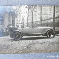 Fotografía antigua: FOTOGRAFIA DE UN BUICK DE LOS AÑOS 20 EN UN PALACETE. Lote 120892555