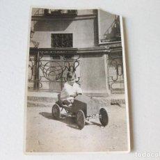 Fotografía antigua: FOTOGRAFÍA POSTAL DE UN NIÑO EN UN COCHE DE PEDALAES - PRINCIPIOS DEL SIGLO XX. Lote 122166135