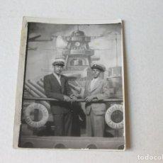 Fotografía antigua: FOTOGRAFÍA RECUERDO CON FONDO DEL ACORAZADO LAFUENTE. Lote 122166795