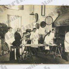 Fotografía antigua: FOTOGRAFÍA FÁBRICA DE GALLETAS - NIÑO TRABAJANDO - CALENDARIO SERRA Y VALLS - AÑOS 30 - SANT CELONI. Lote 124423383