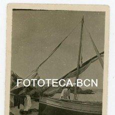 Fotografía antigua: FOTO ORIGINAL MENORCA CALA PREGONDA TURISTA TURISMO BARCA DE PESCADORES BALEARES AÑOS 20/30. Lote 125055543