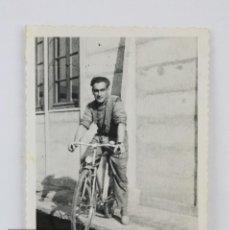 Fotografía antigua: ANTIGUA FOTOGRAFÍA DE HOMBRE CON BICICLETA - AÑOS 40-50 - MEDIDAS 6 X 9 CM. Lote 125651691