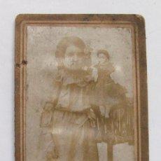 Fotografía antigua: NIÑA CON MUÑECA VESTIDA CON EL TRAJE REGIONAL. LLANISCA. ASTURIAS.. Lote 126277135