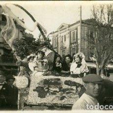 Fotografía antigua: MURCIA. CARROZA PARTICIPANTE EN LA BATALLA DE FLORES DE 1913. FOTÓG. MATEO C/ CARTAGENA 27 DE MURCIA. Lote 127525311