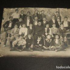 Fotografía antigua: VALENCIA DE DON JUAN LEON GRUPO DE ALUMNOS COM PROFESOR FRAY ARSENIO CURSO 1908 1909 FOTOGRAFIA. Lote 128148495