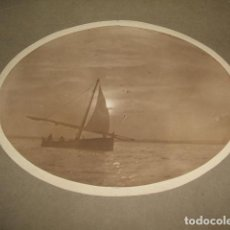 Fotografía antigua: VALENCIA BARCA EN EL MAR FOTOGRAFIA HACIA 1915 12,5 X 17 CMTS MONTADA SOBRE CARTULINA. Lote 128162215