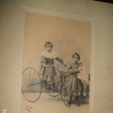 Fotografía antigua: RETRATO DE HERMANAS CON TRICICLO Y MUÑECA VIUDA DE AMAYRA Y FERNANDEZ FOTOGRAFOS MADRID. Lote 128163947