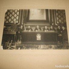 Fotografía antigua: GUADALAJARA AUTORIDADES CIVILES MILITARES Y RELIGIOSAS EN SALON DE PLENOS ARQUER FOTOGRAFO AÑOS 20. Lote 128424551
