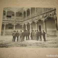 Fotografía antigua: GUADALAJARA GRUPO EN EL PATIO DEL PALACIO DEL INFANTADO FOTOGRAFIA ARQUER FOTOGRAFO HACIA 1910. Lote 128427951
