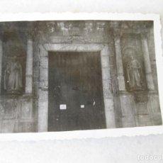Fotografía antigua: FOTOGRAFÍA DE LA PUERTA DEL CLAUSTRO DE LA CATEDRAL DE TARRAGONA - 1946. Lote 131934354