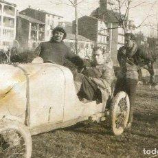Fotografía antigua: AUTOMOVILISMO. PUEBLO. COCHE DE CARRERAS. TRES SEÑORES. C. 1920. Lote 132214134