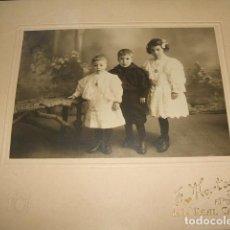 Fotografía antigua: BURGOS J. MONTES FOTOGRAFO RETRATO DE 3 HERMANOS 1907 18 X 21 CMTS. Lote 132790850