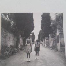 Fotografía antigua: NIÑAS CALLE RURAL. Lote 132830442