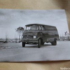 Fotografía antigua: FOTO PUBLICIDAD DE FURGONETA CAMIONETA MERCEDES AVION IBERIA AEROPUERTO BARAJAS MADRID C.1960 17X13. Lote 133024702