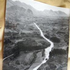 Fotografía antigua: GRAN FOTOGRAFIA AEREA 30 X 23 CM OVIEDO ASTURIAS CARRETERA LLANES VUQUERAS AÑOS 60. Lote 133029366