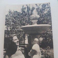 Fotografía antigua: RETRATO CHICA CON FUENTE FOTOGRAFIA AÑOS 50. Lote 134940182