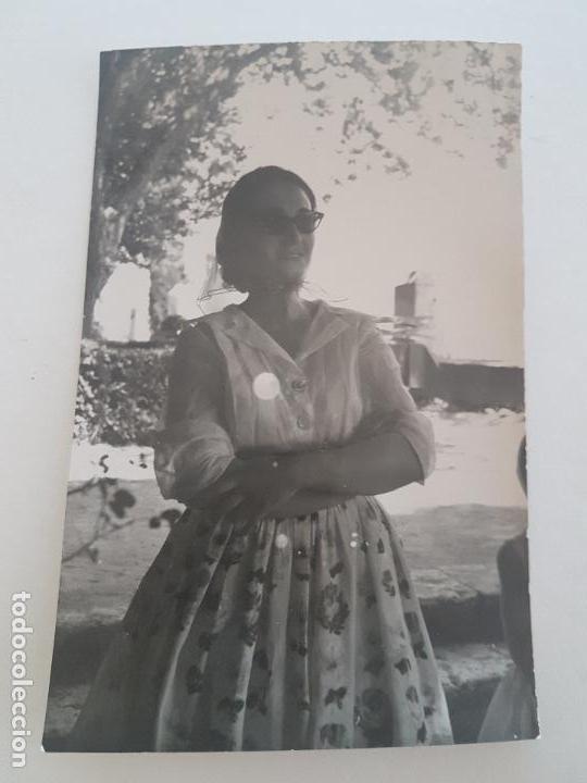 RETRATO MUJER VESTIDO FLORAL FOTOGRAFIA AÑOS 50 (Fotografía Antigua - Gelatinobromuro)