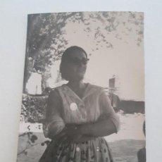 Fotografía antigua: RETRATO MUJER VESTIDO FLORAL FOTOGRAFIA AÑOS 50. Lote 134944046