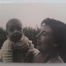 Fotografía antigua: RETRATO DE MUJER CON BEBE FOTOGRAFIA AÑOS 50. Lote 134949266
