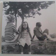 Fotografía antigua: GRUPO NIÑOS EN UNA CERCA CON ÁRBOL FOTOGRAFIA AÑOS 50. Lote 135586706