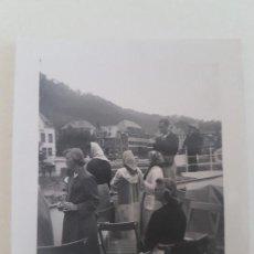 Fotografía antigua: GRUPO TURISTAS ESPAÑOLES ALEMANIA FOTOGRAFIA AÑOS 50. Lote 135587970