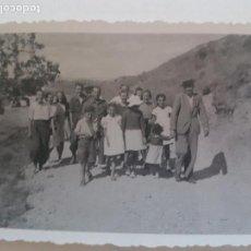 Fotografía antigua: GRUPO FAMILIAR CAMINO CAMPESTRE GUADALAJARA FOTOGRAFIA AÑOS 50. Lote 135598434