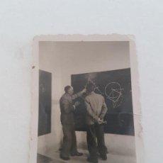 Fotografía antigua: DOS HOMBRES CLASE GEOMETRÍA FOTOGRAFIA AÑOS 50. Lote 135598598