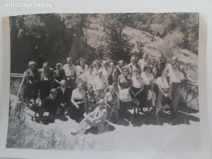 GRUPO POPULAR JUNTO A CARRETERA MADRID FOTOGRAFIA AÑOS 50 (Fotografía Antigua - Gelatinobromuro)