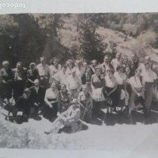 Fotografía antigua: GRUPO POPULAR JUNTO A CARRETERA MADRID FOTOGRAFIA AÑOS 50. Lote 135623818