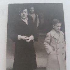 Fotografía antigua: RETRATO MUJER Y NIÑO INVIERNO MADRID FOTOGRAFIA AÑOS 50. Lote 135624886