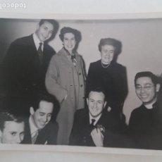 Fotografía antigua: GRUPO FAMILIAR CON SACERDOTE GUADALAJARA FOTOGRAFIA AÑOS 50. Lote 135650255