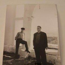 Fotografía antigua: HUELVA FOTOGRAFIA DOS HOMBRES AÑOS 50 12 X 18 CMTS. Lote 135794842