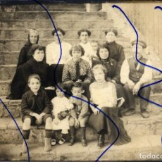 Fotografía antigua: RETRATO GRUPO FAMILIAR TAMAÑO POSTAL GRANDE SIN REVERSO. Lote 138824090
