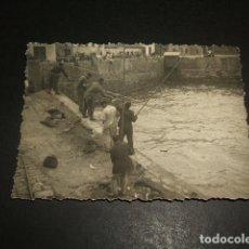 Fotografía antigua: SAN SEBASTIAN EL PUERTO PESCADORES FOTOGRAFIA ANTIGUA 7 X 10 CMTS. Lote 140170238