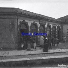 Fotografía antigua: OFICINA DE COMPROBACION DE PESAS Y MEDIDAS. JUNTA LOCAL EMIGRACION ASTURIAS? CRISTAL NEGATIVO C.1900. Lote 140759202