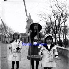Fotografia antica: GIJON, IGLESIA SAN PEDRO, NIÑOS CON PALOS . CRISTAL NEGATIVO C.1900. Lote 140768198