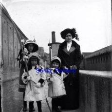 Fotografía antigua: GIJON, NIÑOS CON PALOS . CRISTAL NEGATIVO C.1900. Lote 140768630