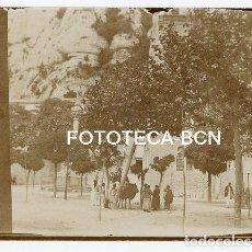 Fotografía antigua: FOTO ORIGINAL MONASTERIO DE MONTSERRAT PLAZA VISITANTES CAMPESINOS CABALLO AÑOS 20. Lote 141002370
