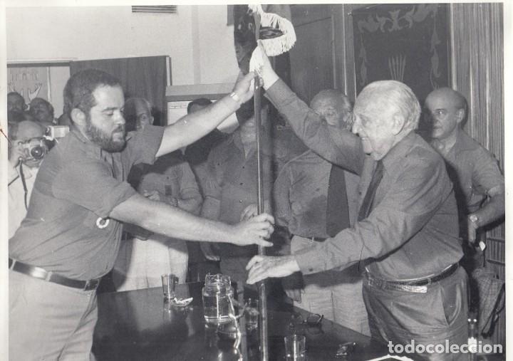 FALANGE. VIEJA Y NUEVA GUARDIA. ENTREGA DE ESTANDARTE. FOTOGRAFÍA BLANCO Y NEGRO, 1979 (Fotografía Antigua - Gelatinobromuro)