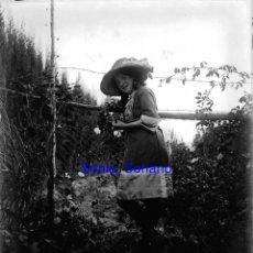 Fotografía antigua: NIÑA EN ASTURIAS?. CRISTAL NEGATIVO C.1900. Lote 142190418