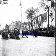 Fotografía antigua: JURA DE BANDERA EN GIJON, ASTURIAS - CRISTAL NEGATIVO - AÑO 1910. Lote 142192306