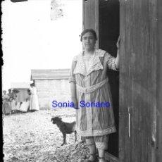 Fotografía antigua: PLAYA, SEÑORA Y PERRO, CASETAS, ASTURIAS? - CRISTAL NEGATIVO - AÑO 1910. Lote 142192798