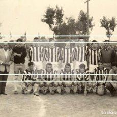 Fotografía antigua: EQUIPO FUTBOL JUVENIL DEL CASTELLON EN EL CAMPO DEL BOVALAR. Lote 143476414