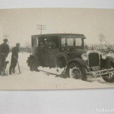 Fotografía antigua: FOTOGRAFÍA POSTAL DE UN AUTOMOVIL EN UNA NEVADA EN SALAMANCA - AÑOS 30. Lote 144255998