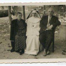 Fotografía antigua: MONJA NOVICIA MERCEDARIA CON SUS PADRES 13X9 CM. , AÑOS 50 ?. Lote 144753670