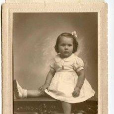 Fotografía antigua: RETRATO DE ESTUDIO DE NIÑA. JULNAY, SANTANDER, 1942, PRESENTADO EN CARPETA 10,2X15,7 CM. Lote 145079814