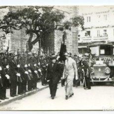 Fotografía antigua: SANTANDER, LA REINA PASANDO REVISTA A LA TROPA DELANTE DEL AYUNTAMIENTO, 1915, 9X14 CM COPIA AÑOS 50. Lote 145081170