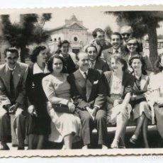 Fotografía antigua: SANTANDER, RETRATO DE GRUPO FRENTE AL GRAN CASINO DEL SARDINERO AÑOS 40, 12X8,5 CM. Lote 145082294